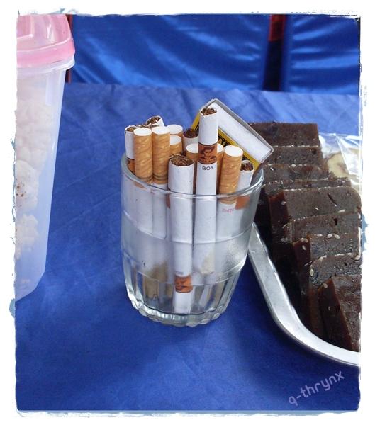 suguhan rokok dalam gelas