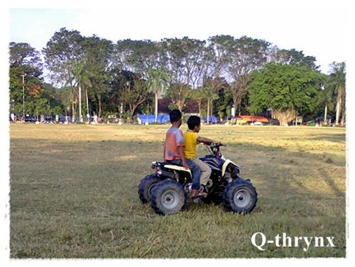 anak kecil naik ATV di alun-alun purwodadi