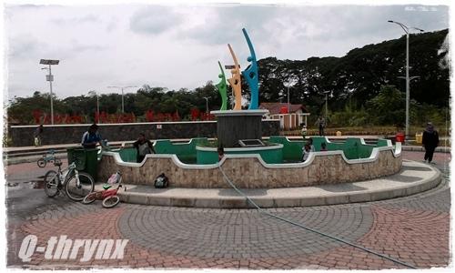 kolam sculpture sedang dibersihkan
