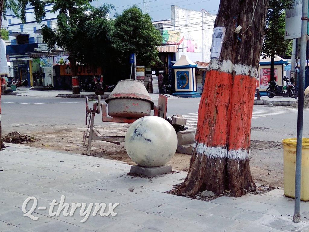 Bola beton di trotoar