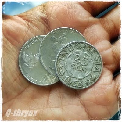 uang koin 25 sen diantara uang 500 rupiah